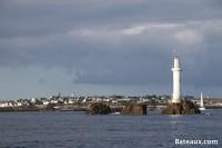 Entrée du port de l'ile de Molène devant le feu des Trois Pierres