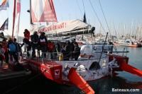 Visite de l'IMOCA Initiatives-Cœur sur le ponton du Vendée Globe