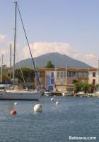 Port Grimaud au pied des montagnes