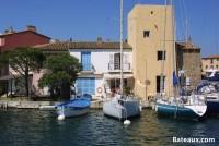 Tous types de bateaux amarrés devant les maisons à Port Grimaud