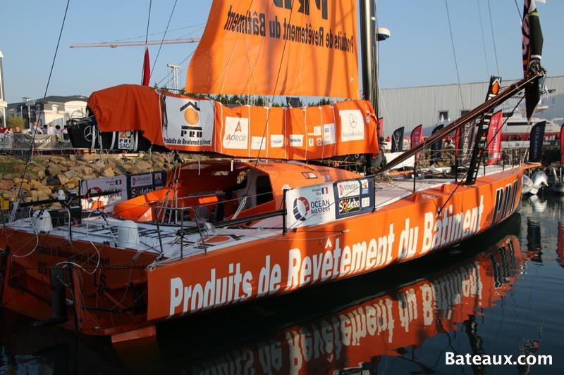 Photo IMOCA PRB de Vincent Riou sur le ponton du Vendée Globe