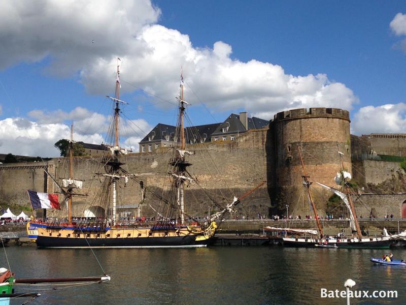 Photo L'Hermione devant le château de Brest