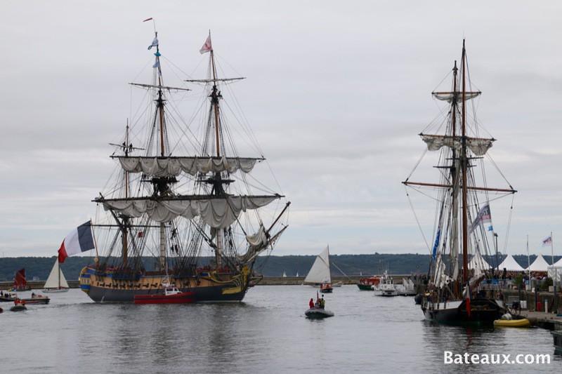 Photo La frégate Hermione entre dans le port de Brest