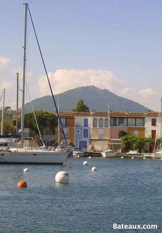 Photo Port Grimaud au pied des montagnes
