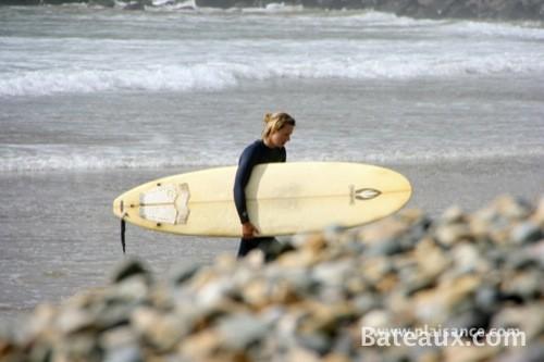 Photo Retour d'une surfeuse sur la plage en bretagne