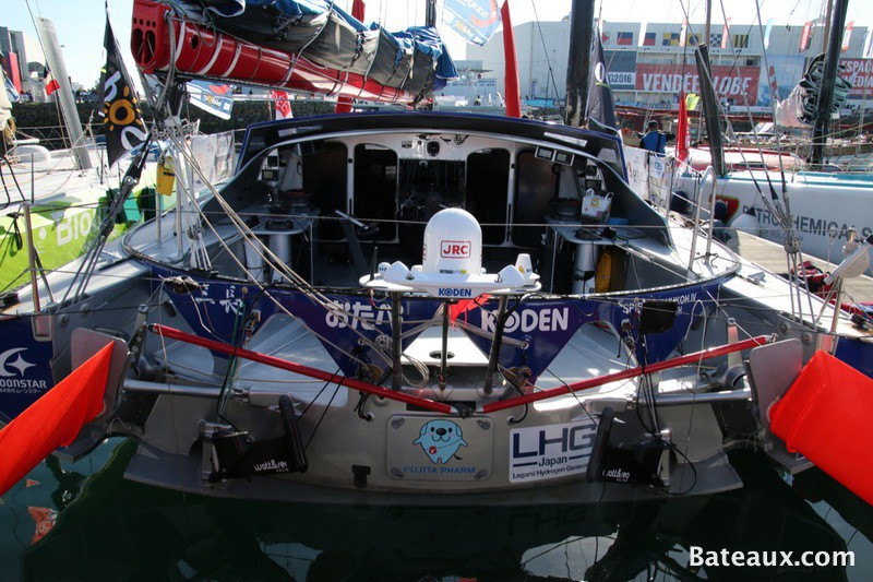 Photo SPIRIT OF YUKOH sur le ponton du Vendée Globe 2016