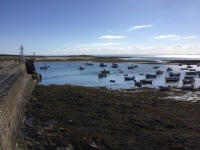 Le Ledenez relié à marée basse par un cordon de galets