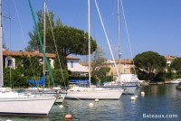 Résidences avec bateaux amarrés devant à Port Grimaud (83)