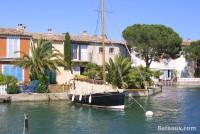 Voilier amarré devant une maison à Port Grimaud