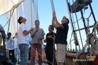 L'équipage hisse les voiles sur La Recouvrance