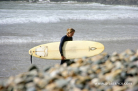 Retour d'une surfeuse sur la plage en bretagne