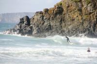 Surf devant les falaises en Bretagne