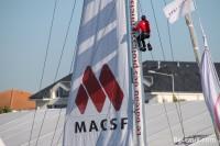 Sur le mat du voilier MACSF de Bertrand De Broc