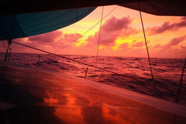 Coucher de soleil sur l'atlantique annonçant le début de nuit